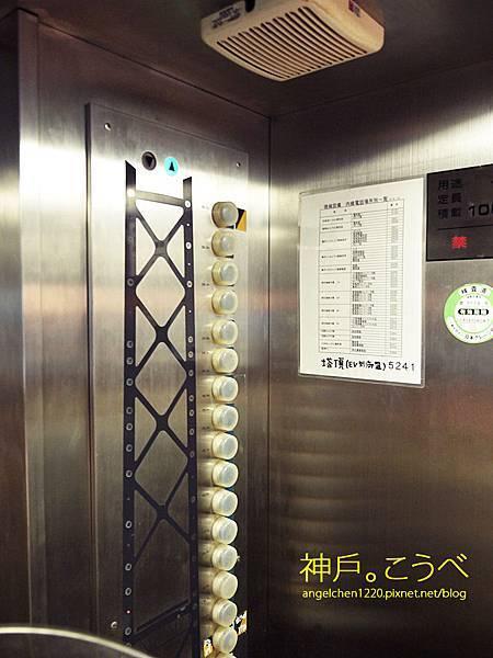 搭乘電梯到98樓.jpg