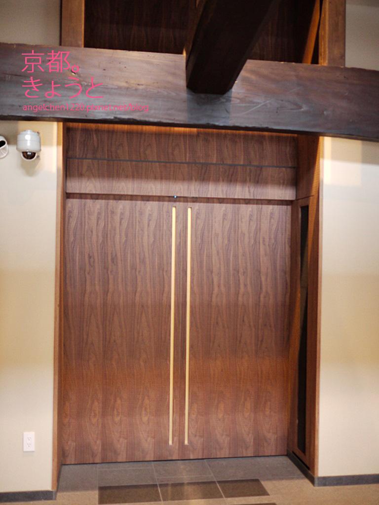 電梯就隱藏在這扇低調的門後.jpg