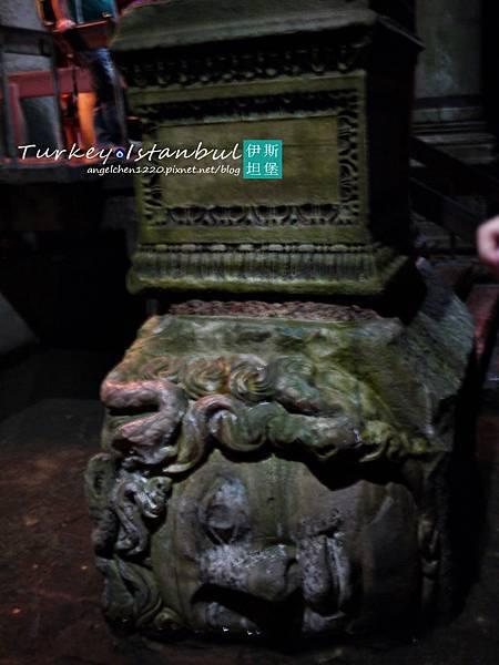 被壓在柱底的梅杜莎頭像1.jpg