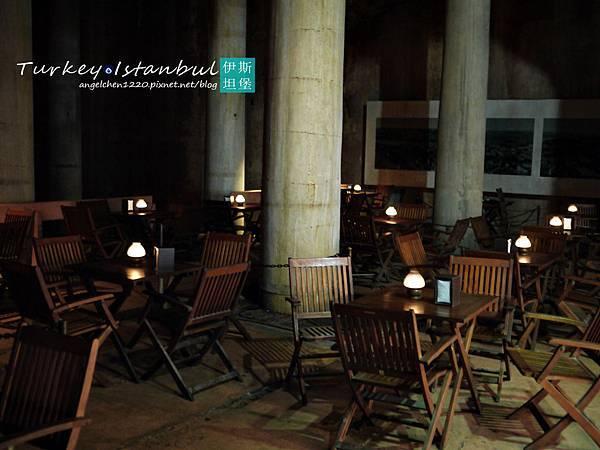 在這麼潮濕陰暗的地方喝咖啡真不舒服.jpg