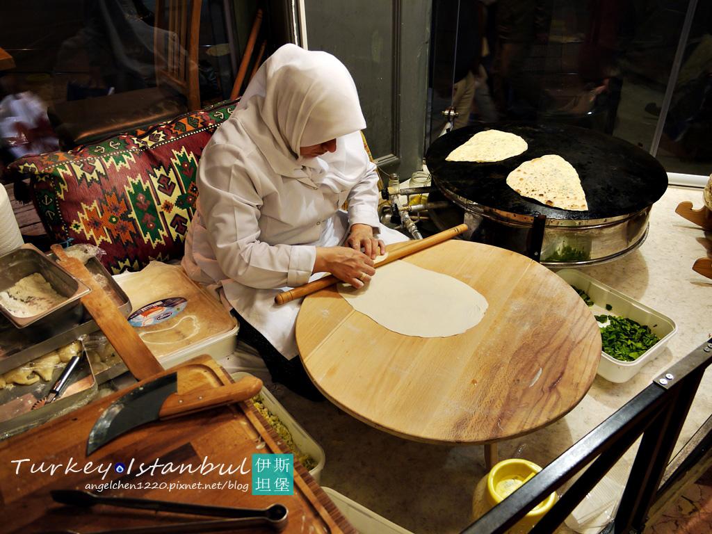 很多餐廳都會讓大家直接看到土耳其蔥油餅Gozleme的製作過程.jpg