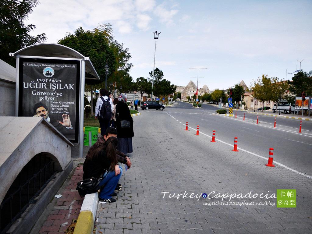 前往Avanos的小巴要在外面的大馬路搭乘.jpg