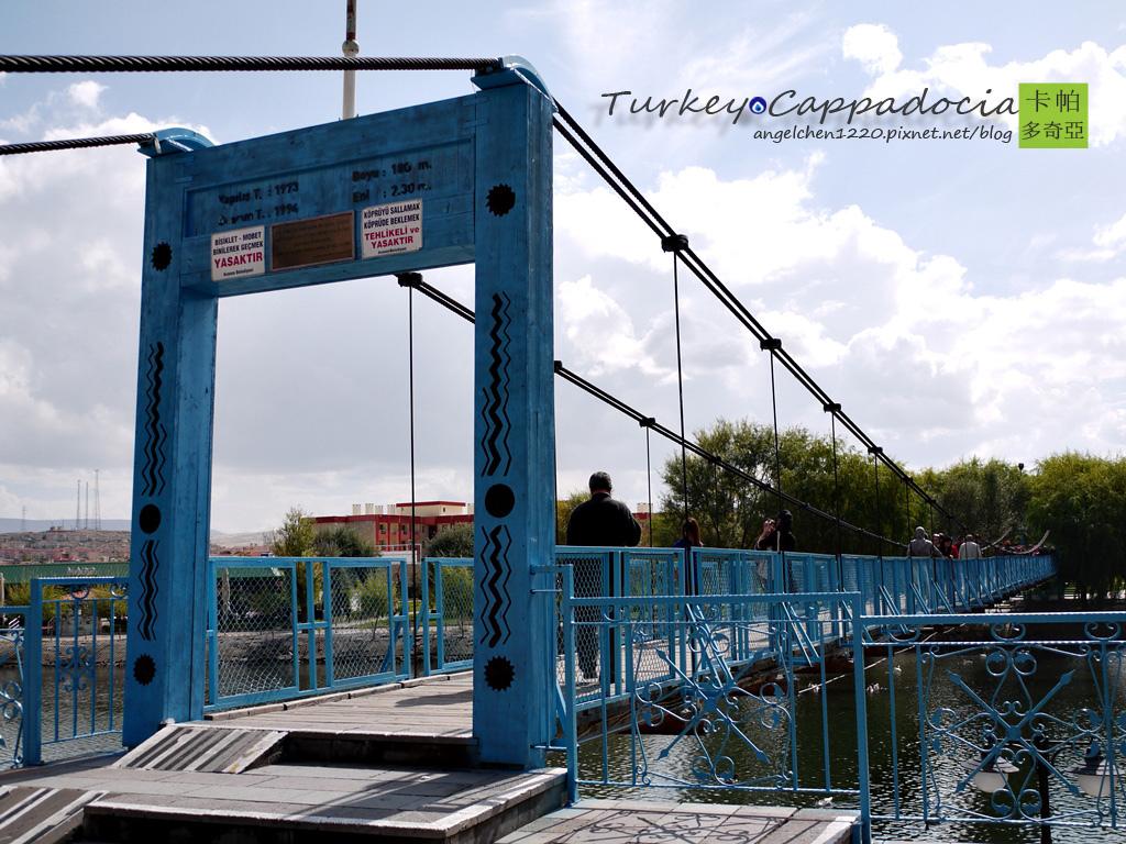 鎮上的藍色吊橋.jpg