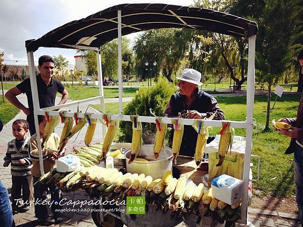 河岸旁的玉米攤很受歡迎.jpg