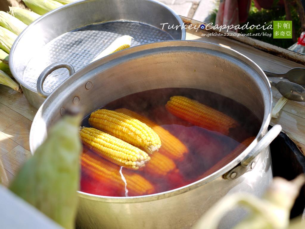 浸泡在湯汁的玉米看起來很美味.jpg