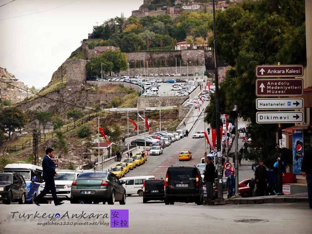 前往安卡拉城堡要爬上這個坡.jpg