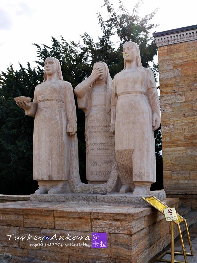 代表3種行業的女性雕像.jpg