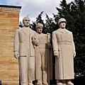 代表3種行業的男性雕像.jpg