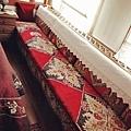每個房間都有這麼一張長沙發.jpg