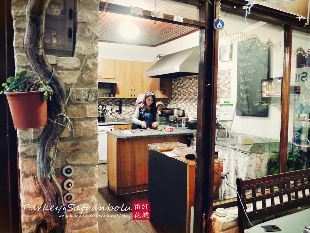 母女倆就在自家廚房煮菜.jpg