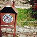 鎮上的垃圾桶也是小房子形狀.jpg
