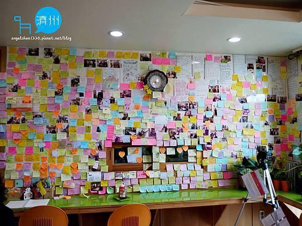 牆上貼滿房客的留言.jpg