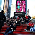 時代廣場上總是擠滿人潮的紅階梯.jpg
