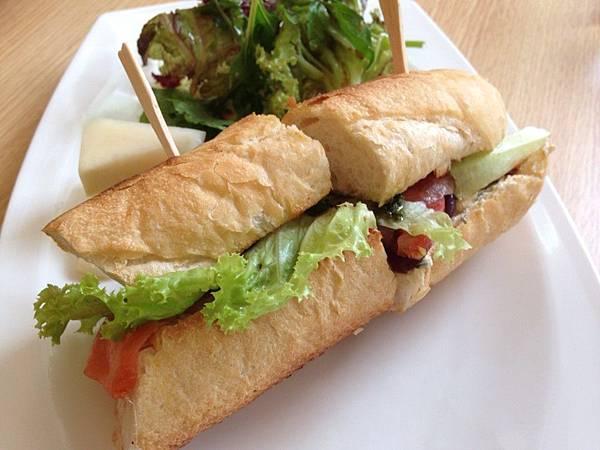 法國棍子麵包夾燻鮭魚1.jpg