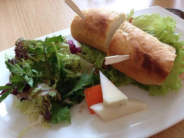 法國棍子麵包夾燻鮭魚2.jpg