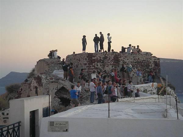 碉堡夕陽人潮.JPG