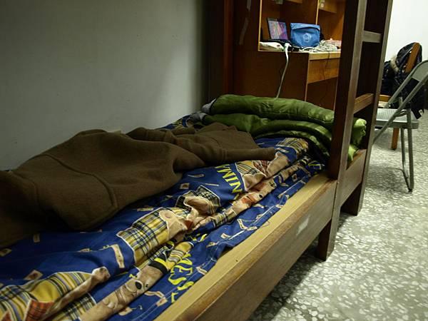 睡不慣硬床,好險有教會借的床墊救了我。