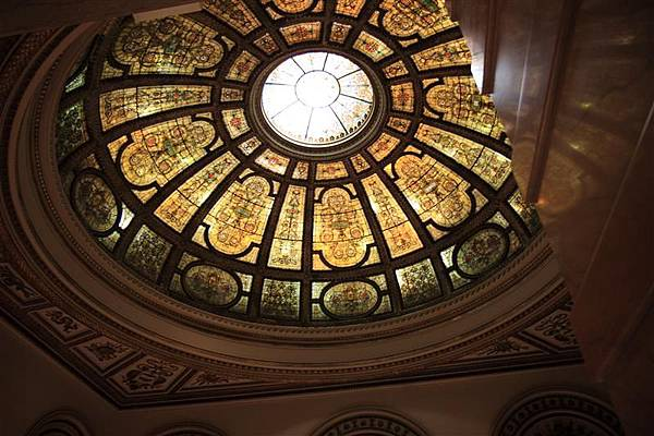 Chicago Culture Center _Preston Bradley Hall_1 以黃道十二宮代表符號和花葉圖紋組成的提芬尼圓頂.JPG
