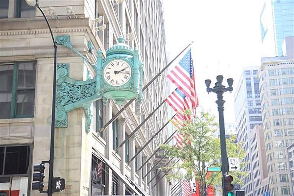 Chicago 街上的古典鐘_1.JPG