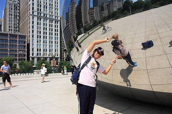 Millennium park _Cloud Gate (8)_看就知道有人在裝可愛.JPG