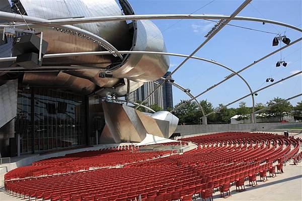 Millennium park _Jay Pritzker Music Pavilion 2_首開全美先例將音響懸掛在鏤空天棚.JPG