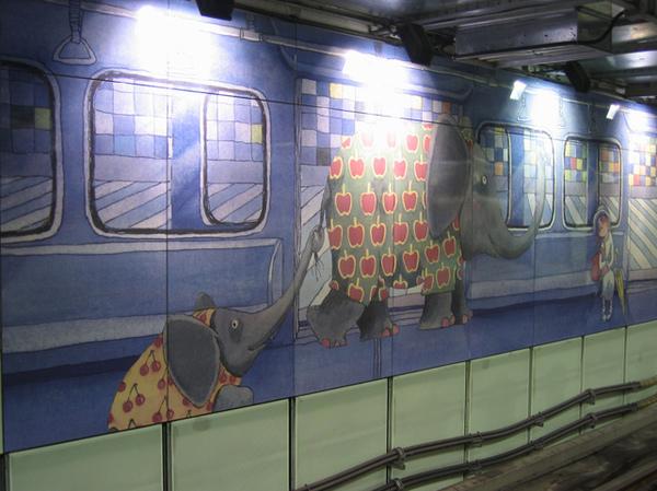 坐車到南港站會看到他們陪你一起坐著