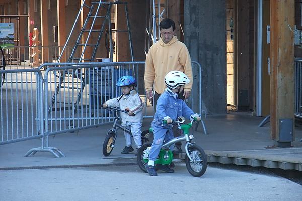 16有許多騎腳踏車的小朋友.JPG