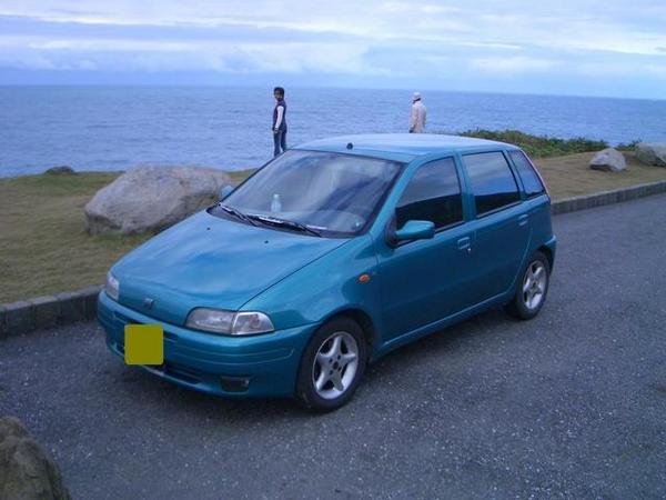我家小車..後面是不相干的人