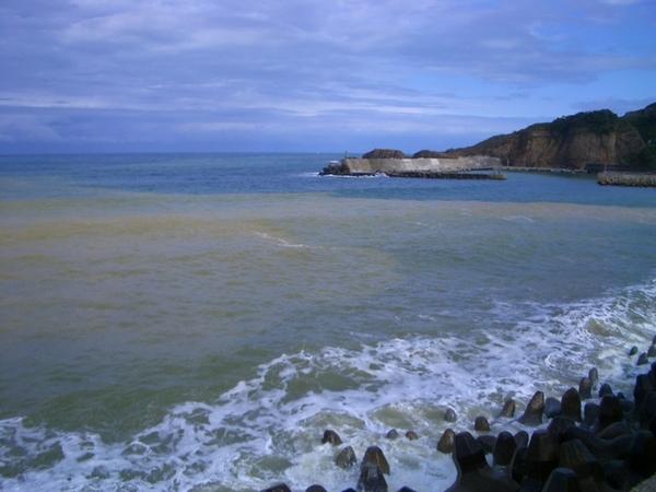 2種顏色的海水很漂亮