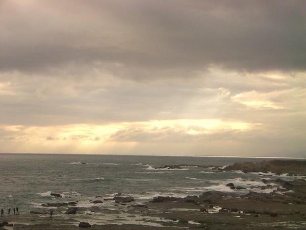 明天有冷氣團來所以雲層相當厚只露出一點點光