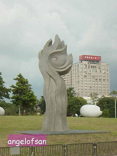 草地上的雕刻品
