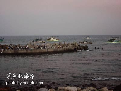 海邊聚集了許多釣客