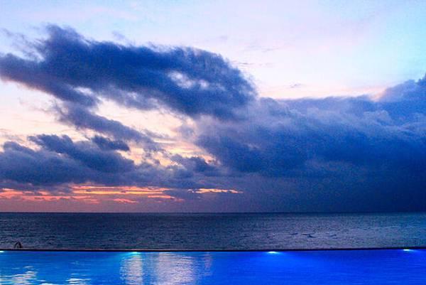 想拍好天海一線的泳池,泳池的燈還沒關掉