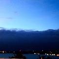 住東岸,就是要爬起來看日出~黑黑處是S2白沙灘的背面~沉睡...