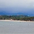 東岸11點開始有很多人玩風箏浪板了!!