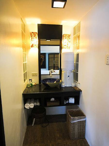 衛浴的洗手台,左邊是獨立廁所、右邊是獨立淋浴間