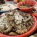 馬上衝到魚攤前找食材~看到一直想吃的超大明蝦