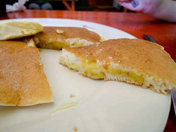 我的Banana Pancake,真的有很多切片香蕉藏在裡...