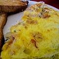 蛋捲裡頭有青醬~所謂的pesto! 很開胃!!