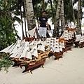 沙灘上賣這船,其實還不錯~但是我們的行李不允許..