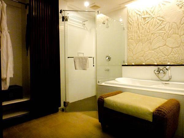 木頭拉門可以分隔開房間跟浴室