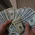 在馬尼拉機場趕快換錢,2個人換了1000美金 (好驚人!!...
