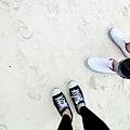 採到白沙灘了,還沒時間換拖鞋~