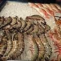 開始覓食,想吃大蝦蝦的堯堯開始被蝦子吸引