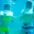 照上的頭盔不斷有氧氣打進來,所以水根本進不來