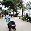 文華的服務人員幫我們拖著行李穿越沙灘,準備要去搭車