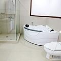快等於我台灣房間大的浴室