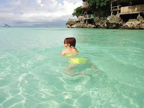這邊沒什麼浪,游泳可以很輕鬆