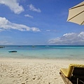 沙灘上酒吧門口的躺椅~超燙! 要墊毛巾...