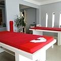 2張床,採光超棒的紅白相間房間